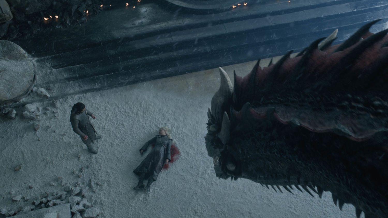 Drogon osserva il cadavere di Daenerys
