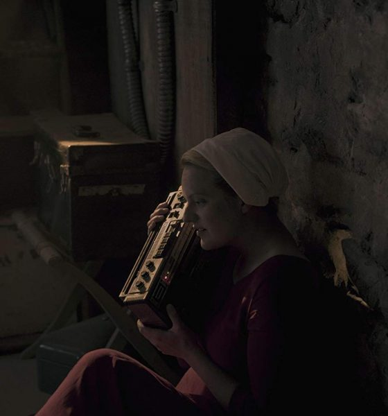 The handmaid's tale 3x05 unknown caller: June ascolta un audiocassetta